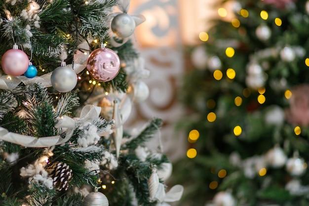 Detail eines eleganten weihnachtsbaums in einem festlichen interieur