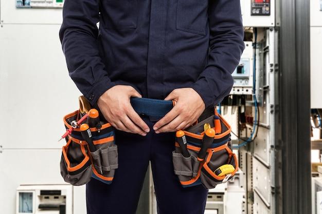 Detail eines elektrikers bei der arbeit