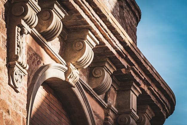 Detail eines gesimses mit einem neoklassizistischen kapital