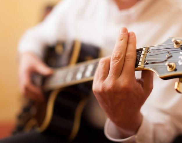 Detail eines gitarristen, der eine archtop gitarre spielt