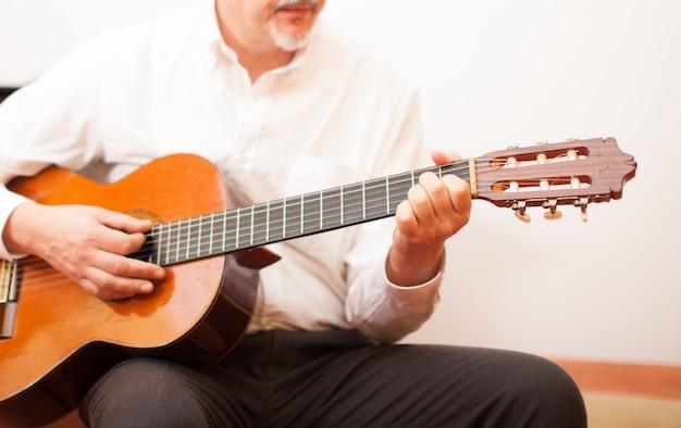 Detail eines mannes, der eine gitarre spielt