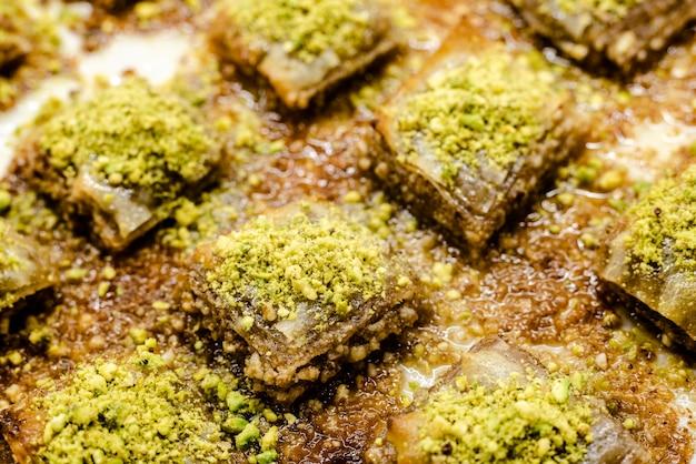 Detail eines tellers voll des köstlichen und süßen türkischen baklava-nachtischs.