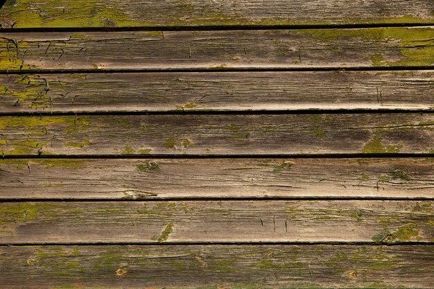 Detail eines vintage-bauholzes mit abblätternder, abblätternder farbe. altes notleidendes holz mit farbe