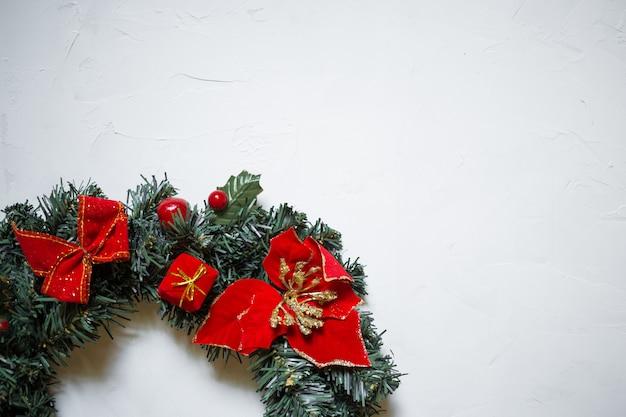 Detail eines weihnachtskranzes auf einem weißen strukturierten hintergrund, kopienraum