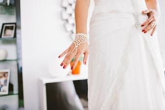 Detail eines weißen und eleganten Hochzeitskleides.