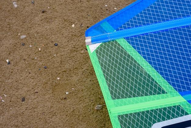 Detail eines windsurfsegels auf dem sand.