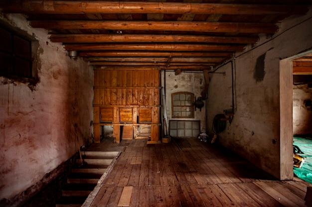 Detail eines zimmers in einem alten und verlassenen haus in italien
