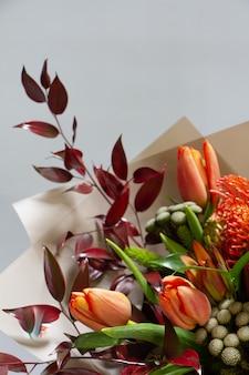 Detail nahaufnahme herrlicher strauß von tulpe, leukospermum, leukadendron, protea, rose, selektiver fokus