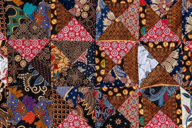 Detail-patchwork-steppdecke im straßenmarkt. bali-insel, ubud, indonesien. nahaufnahme der patchworkdecke textur