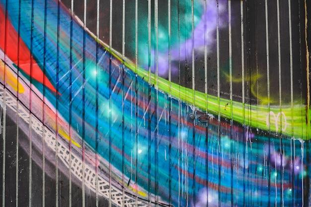 Detail von anonymen straßengraffiti mit vielen farben, netter städtischer hintergrund.