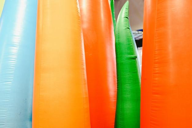 Detail von aufblasbaren schlössern mit formen der flammen der riesigen farben