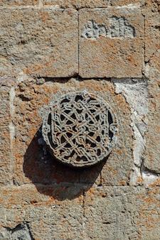Detail von der fassade der gergeti-dreifaltigkeitskirche in georgia
