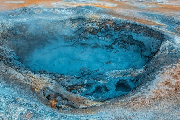 Detail von pools mit kochendem wasser und schwefel im park von myvatn. island