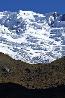 Detail von schneebedecktem huaytapallana und grasland