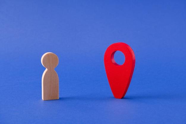 Detailansicht der menschlichen figur in der nähe des roten zeigers gps