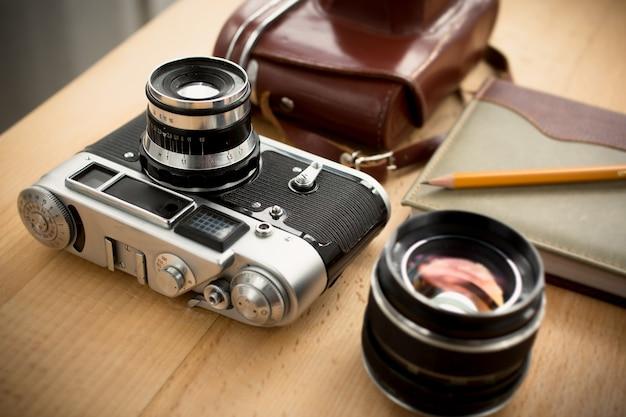 Detailansicht des vintage-fotografenarbeitsplatzes mit professioneller ausrüstung