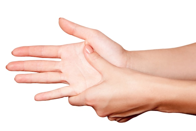Detailansicht einer jungen frau mit schmerzen an hand auf weißem hintergrund.
