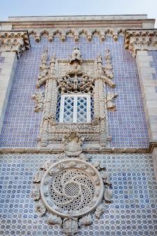 Detailansicht eines fensters der manuelinischen art des pena national palace, auf sintra, portugal.