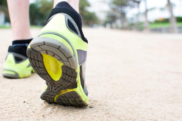 Detailaufnahme der beine eines sportlers beim laufen