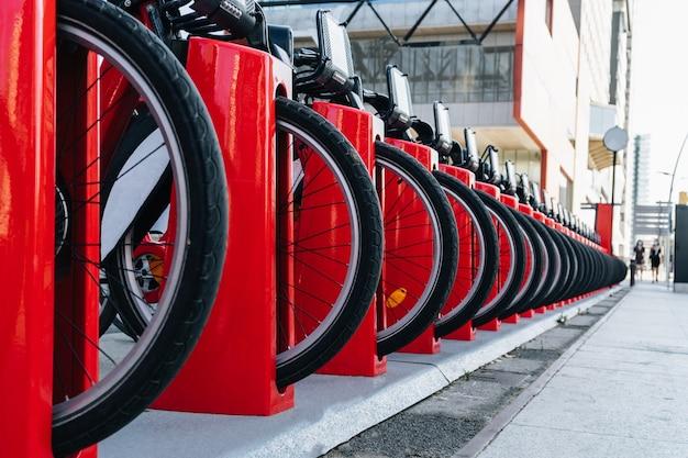 Detailaufnahme der räder eines fahrradverleihständers