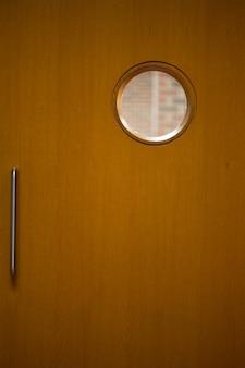 Detailaufnahme einer geschlossenen holztür