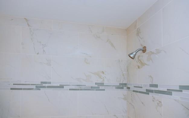 Detailliert von einem duschkopf mit duschbrause sprühen die wasserstrahlen