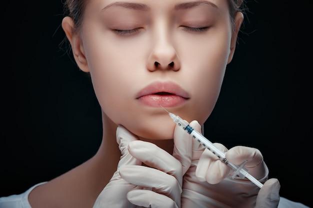 Detaillierte nahaufnahme einer lippeninjektion
