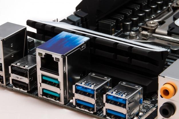 Detaillierte usb-, audio- und netzwerkausgänge in einem modernen schwarzen motherboard für pc- oder server-computer