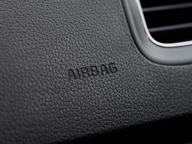 Detailliertes nahaufnahmebild einer armaturenbrett-airbag-zonenarbeit im innenraum des modernen autos. airbag unterschreiben.