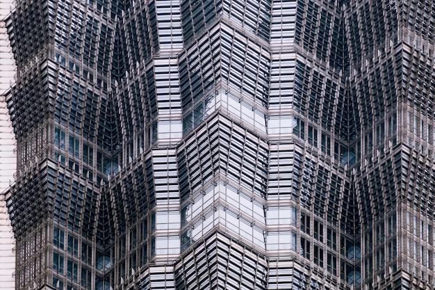 Details der fassade eines modernen wolkenkratzers hergestellt von der glas- und stahlnahaufnahme.
