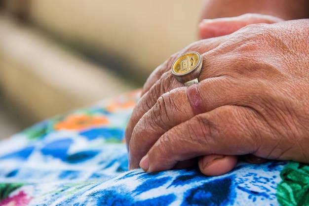 Details der hand einer alten person