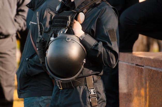 Details der sicherheitsausrüstung eines polizeibeamten. polizeistreife