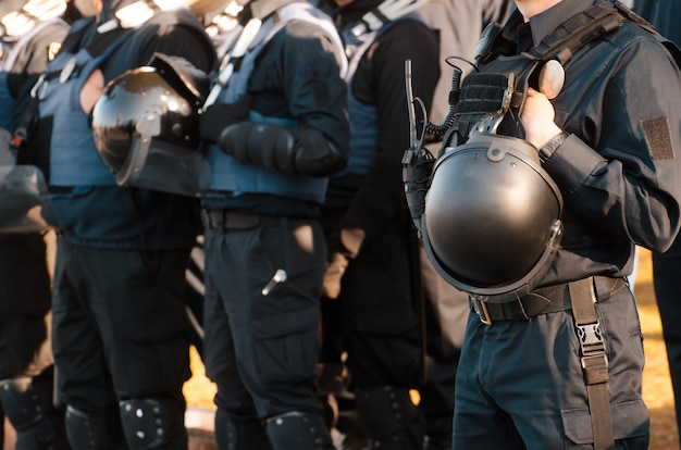 Details der sicherheitsausrüstung eines polizeibeamten.