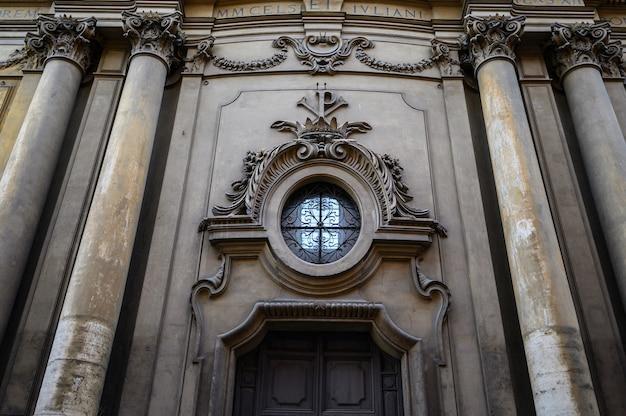 Details des äußeren der alten kathedrale. italien, rom.