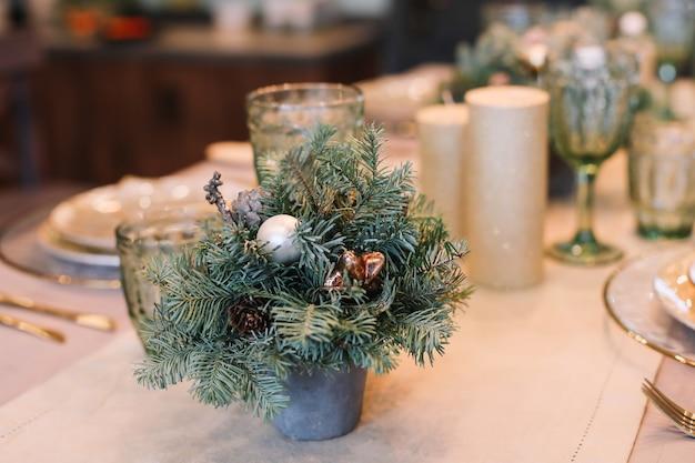 Details des festlichen interieurs, das für das neue jahr und weihnachten dekoriert ist