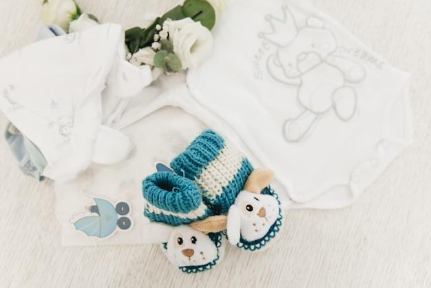 Details des fotoshootings warten auf das baby. die eltern warten auf das erscheinen des sohnes, schöne dinge für das baby