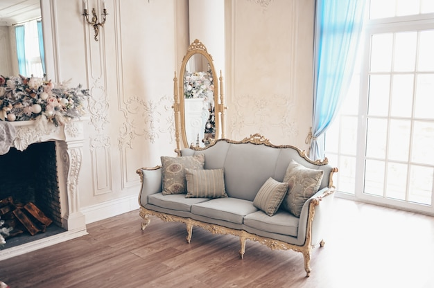 Details des gemütlichen innenraums des klassischen weißen wohnzimmers mit weihnachtsdekorationen.
