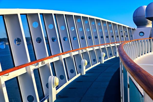 Details des oberdecks eines kreuzfahrtschiffes