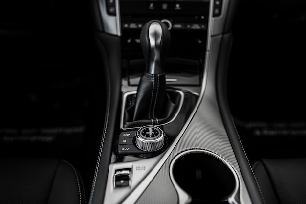Details des stilvollen autoinnenraums, lederner innenraum, ansichtübertragung