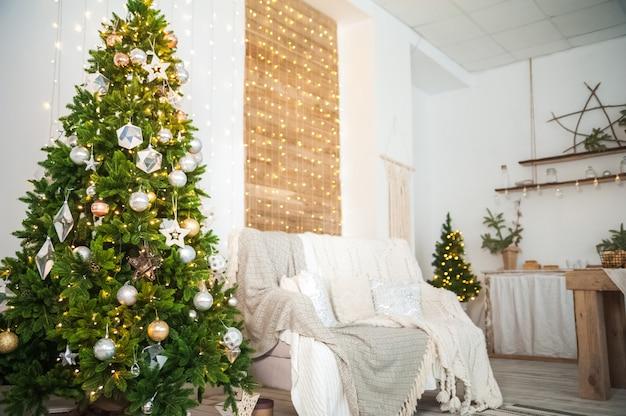 Details des verzierten innenraums des neuen jahres. skandinavisches wohnzimmer und küche zu weihnachten. der komfort einer heimeligen rustikalen einrichtung.