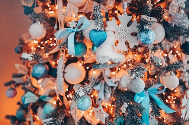 Details eines weihnachten verzierten baums in den farben des weichen rosas und des türkises
