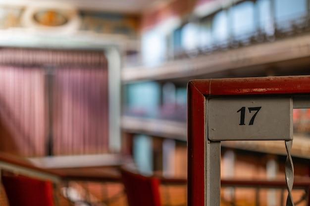 Details eines wunderbaren alten theaters, jetzt aufgegeben.