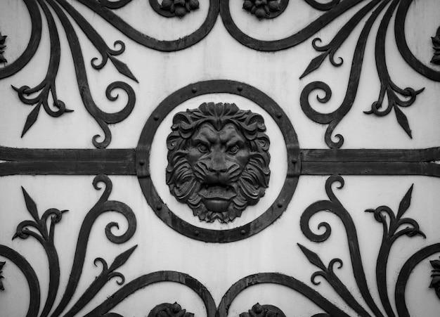 Details, struktur und ornamente des geschmiedeten eisentors. dekoratives ornament mit löwen aus metall.
