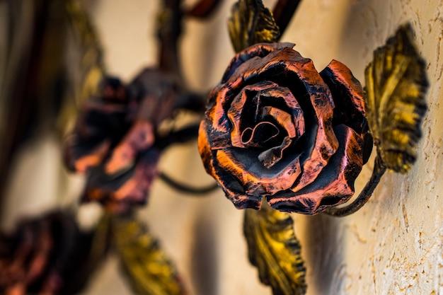 Details, struktur und ornamente des geschmiedeten eisentors. dekoratives ornament mit rosen aus metall.
