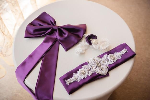 Details und elemente des hochzeitskleides auf weißem tisch