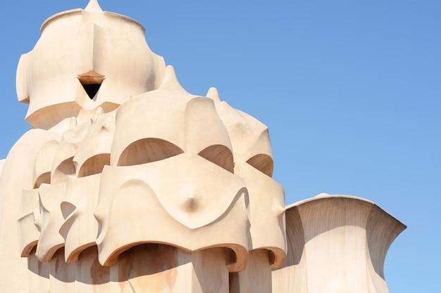 Details von casa mila oder la pedrera, das am 6. april 2017 in barcelona, spanien errichtet.
