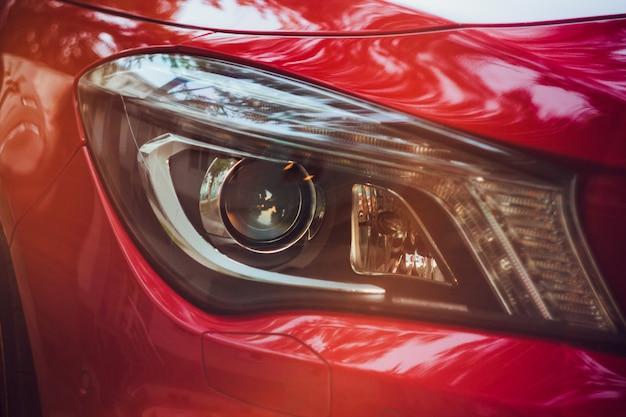 Detailschönheit und schnelles auto mit scheinwerfer