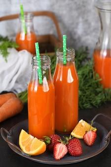 Detox-getränk. frisch gemachter karotten-erdbeer-orangensaft. für diejenigen, die ihre gesundheit überwachen