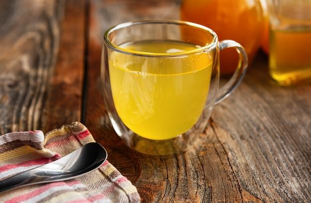 Detox-getränk mit honig und apfelessig auf einem alten holztisch