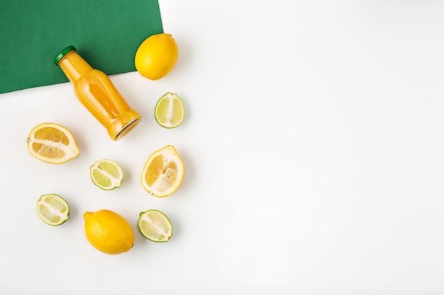 Detox-getränke auf weißem tisch